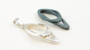 Drukowana 3D zawieszka - góra model woskowy (DODJET), dół model odlany ze srebra