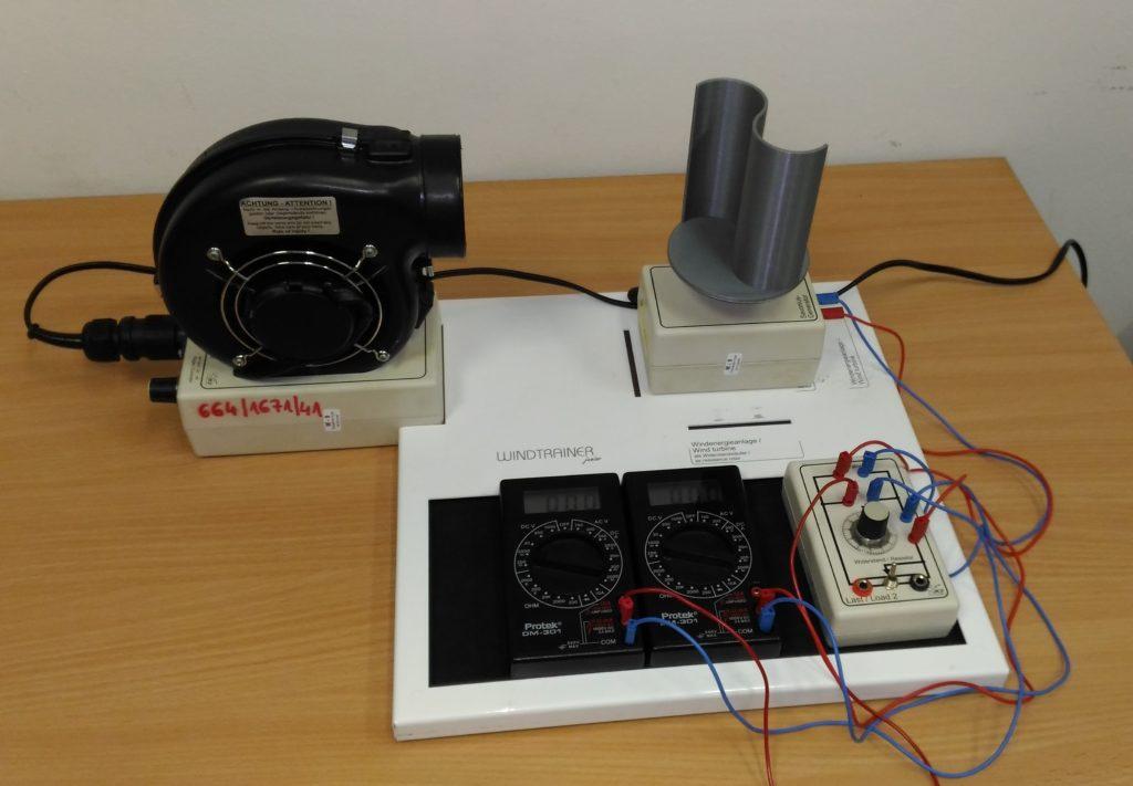 Stanowisko pomiarowe wraz z drukowaną w technologii FDM turbiną.